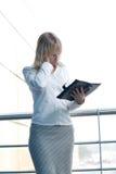 Mulher de negócios nova com o planejador do dia na entrada Fotografia de Stock Royalty Free