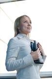 Mulher de negócios nova com o planejador do dia na entrada Imagem de Stock