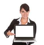 Mulher de negócios nova com portátil Imagens de Stock