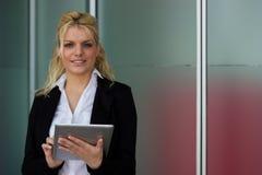 Mulher de negócios nova com tabuleta de Digitas fotos de stock