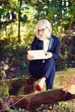 Mulher de negócios nova com tabuleta de Digitas Fotografia de Stock Royalty Free
