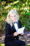 Mulher de negócios nova com a tabuleta digital em suas mãos Fotografia de Stock Royalty Free