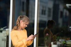 Mulher de negócios nova com telefone de pilha foto de stock