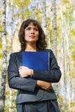 Mulher de negócios nova com um dobrador. Fotos de Stock