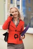 Mulher de negócio que convida o telefone Fotografia de Stock