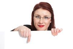 Mulher de negócios nova com um sinal branco fotos de stock royalty free