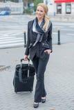 Mulher de negócios nova com uma mala de viagem Imagem de Stock