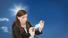 Mulher de negócios nova concentrada que faz a computação da nuvem video estoque