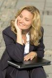 Mulher de negócios nova de sorriso imagens de stock royalty free