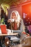 Mulher de negócios nova e bonita que usa sua tabuleta digital no Ca imagem de stock
