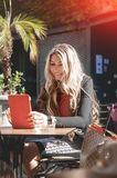 Mulher de negócios nova e bonita que usa sua tabuleta digital no Ca fotos de stock