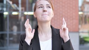 A mulher de negócios nova exterior Wishing para a boa sorte, dedo cruzou-se video estoque