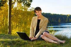 Mulher de negócios nova feliz na natureza. Imagem de Stock