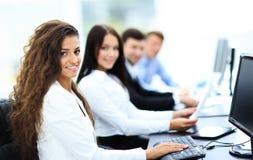 Mulher de negócios nova feliz que olha atrás Imagem de Stock Royalty Free