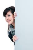 Mulher de negócios nova feliz que prende o quadro de avisos em branco imagens de stock royalty free