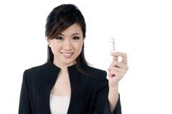 Mulher de negócios nova feliz que prende uma chave imagem de stock royalty free