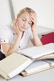 Mulher de negócios nova forçada e overworked Foto de Stock Royalty Free