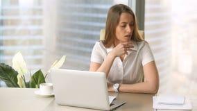 Mulher de negócios nova frustrante que estuda o relatório, descontentado com resultados financeiros negativos filme