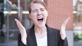 Mulher de negócios nova irritada Screaming Outdoor filme