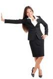 Mulher de negócios nova Leaning On Wall Fotos de Stock Royalty Free