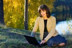 Mulher de negócios nova na natureza. Foto de Stock Royalty Free