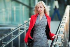 Mulher de negócios nova nas escadas. imagens de stock