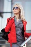 Mulher de negócio contra janelas do escritório Fotos de Stock Royalty Free