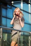 Mulher de negócios nova no telefone. fotos de stock royalty free
