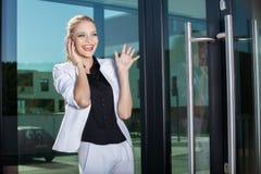 Mulher de negócios nova no telefone imagem de stock royalty free