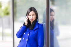 Mulher de negócios nova no telefone Fotografia de Stock