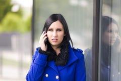 Mulher de negócios nova no telefone Fotos de Stock