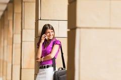 Mulher de negócios nova no telefone foto de stock royalty free