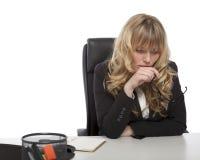 Mulher de negócios nova profundamente no pensamento Fotos de Stock