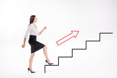 Mulher de negócios nova que anda acima em escadas Imagens de Stock Royalty Free