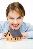 Mulher de negócios nova que apresenta uma casa modelo Imagens de Stock Royalty Free