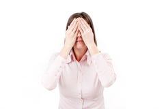 Mulher de negócios nova que cobre seus olhos com as mãos. Fotos de Stock Royalty Free