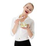Mulher de negócios nova que come a salada imagens de stock