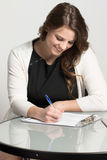Mulher de negócios nova que completa uma aplicação fotos de stock royalty free
