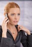 Mulher de negócios nova que concentra-se no atendimento imagens de stock royalty free