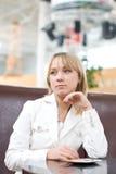 Mulher de negócios nova que espera no café foto de stock royalty free