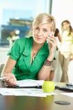 Mulher de negócios nova que fala no móbil Fotografia de Stock