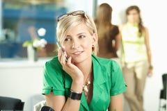 Mulher de negócios nova que fala no móbil foto de stock