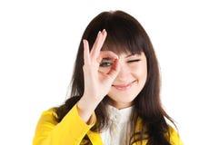 Mulher de negócios nova que faz o sinal aprovado fotos de stock royalty free
