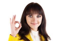 Mulher de negócios nova que faz o sinal aprovado Foto de Stock Royalty Free