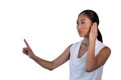 Mulher de negócios nova que finge responder à chamada ao tocar na relação invisível imagens de stock