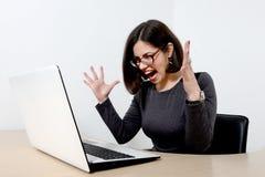 Mulher de negócios nova que grita no portátil Fotos de Stock Royalty Free