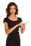 Mulher de negócios nova que guardara a tabuleta eletrônica Fotografia de Stock Royalty Free