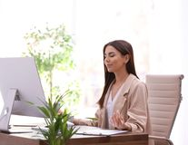 Mulher de negócios nova que medita no local de trabalho foto de stock royalty free