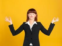 Mulher de negócios nova que meditating, posição da ioga Fotografia de Stock