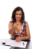 Mulher de negócios nova que oferece agitar as mãos foto de stock